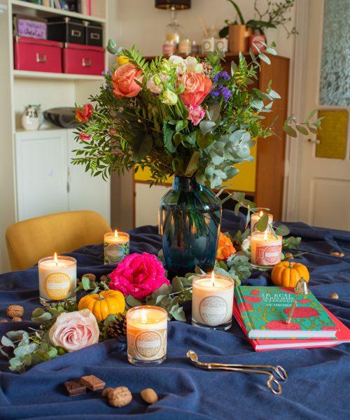 bougies sur table fleurie